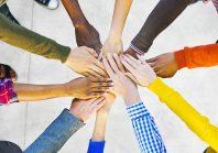 employés se donnant la main
